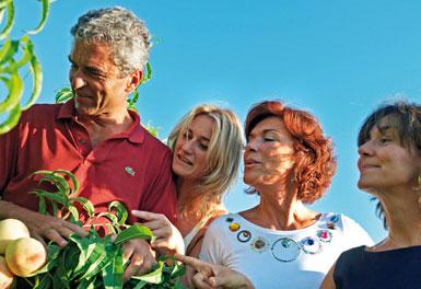 Lorenzo, Alessandra, Monica und Nicoletta Canella bei der Prüfung weißer Pfirsische.