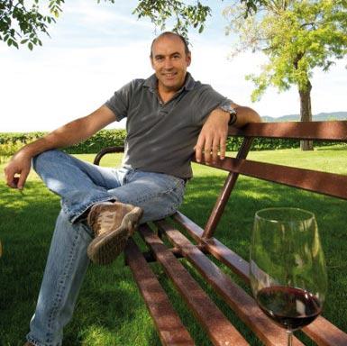 Antonio Sarríon vor seinem Weingut Mustiguillo